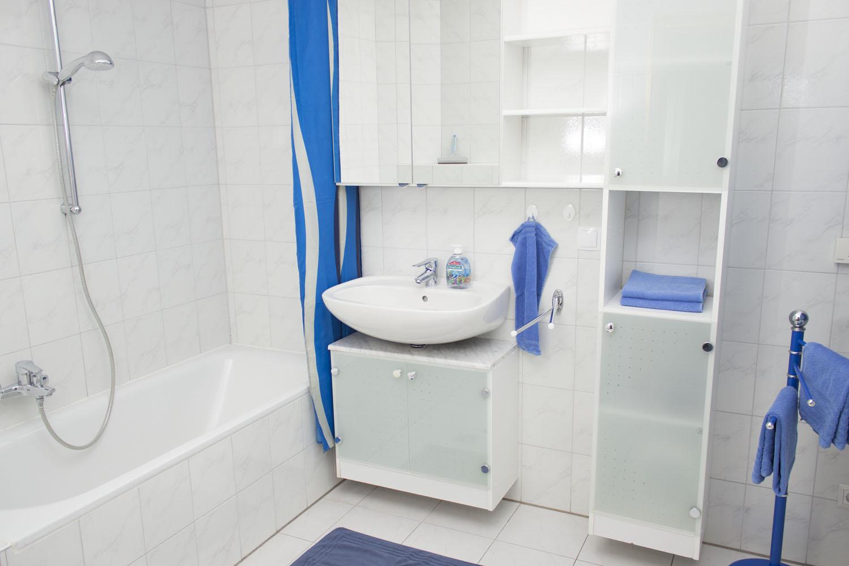 Badezimmer und Badewanne der Ferienwohnung 1